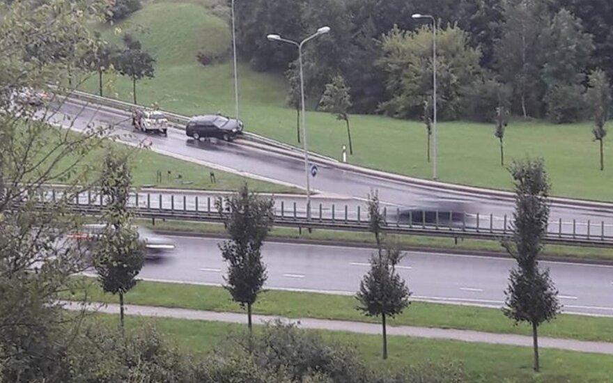 """Vilniuje """"Volkswagen"""" pakibo ant atitvaro"""