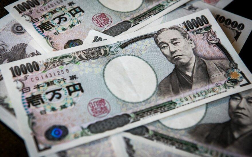 Atsitraukus Japonijos akcijoms, doleris smunka jenos atžvilgiu
