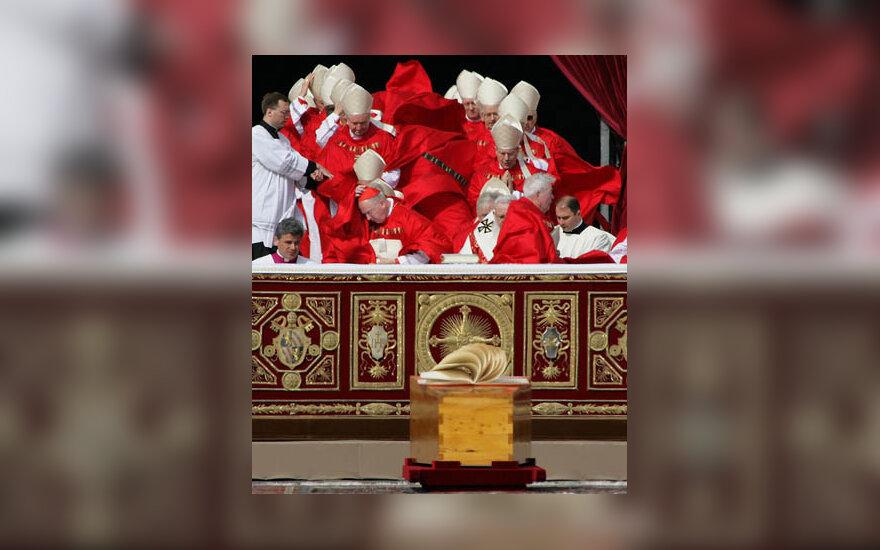 Vėjas plaiksto kardinolų, atvykusių į popiežiaus laidotuves, sutanas