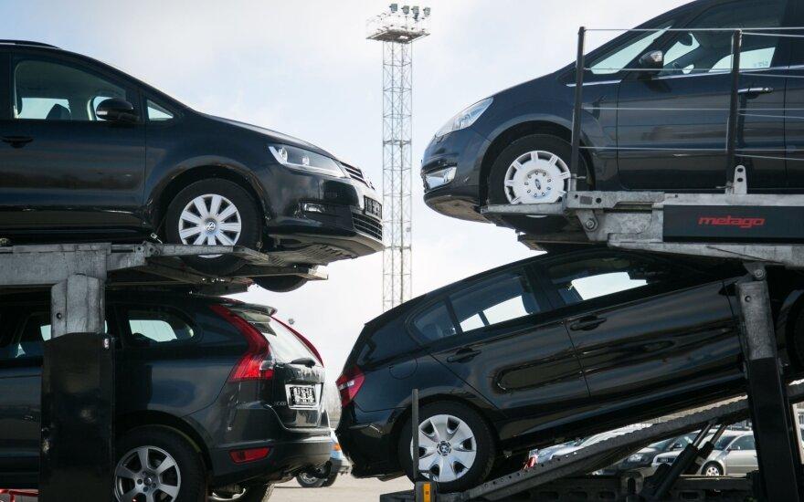 Automobilių rinkoje – nuosmukis: vairuotojai turimų mašinų keisti neskuba