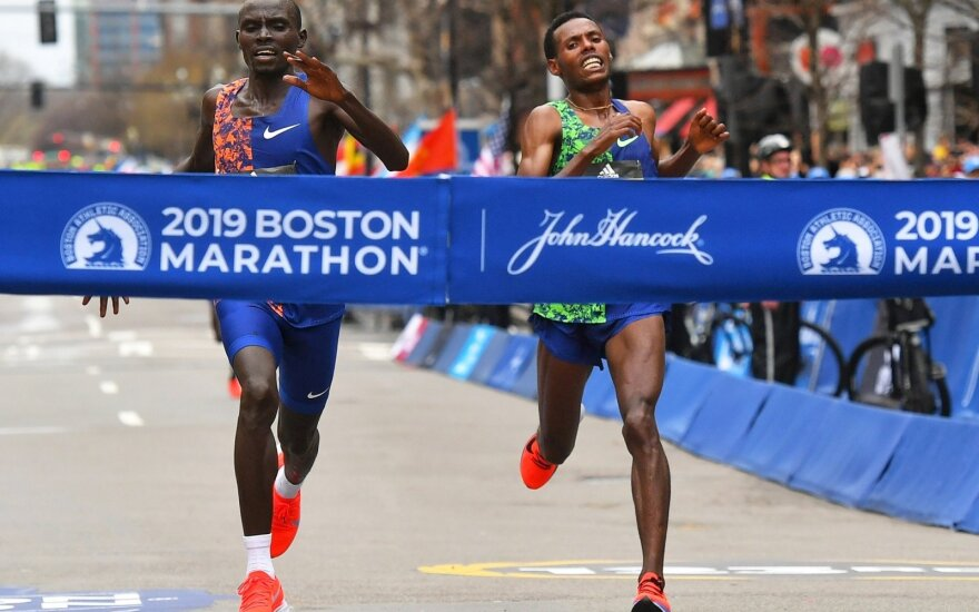Bostono maratono finišas, nugalėtojas Lawrence Cherono ir kairėje – Lelisa Desisa
