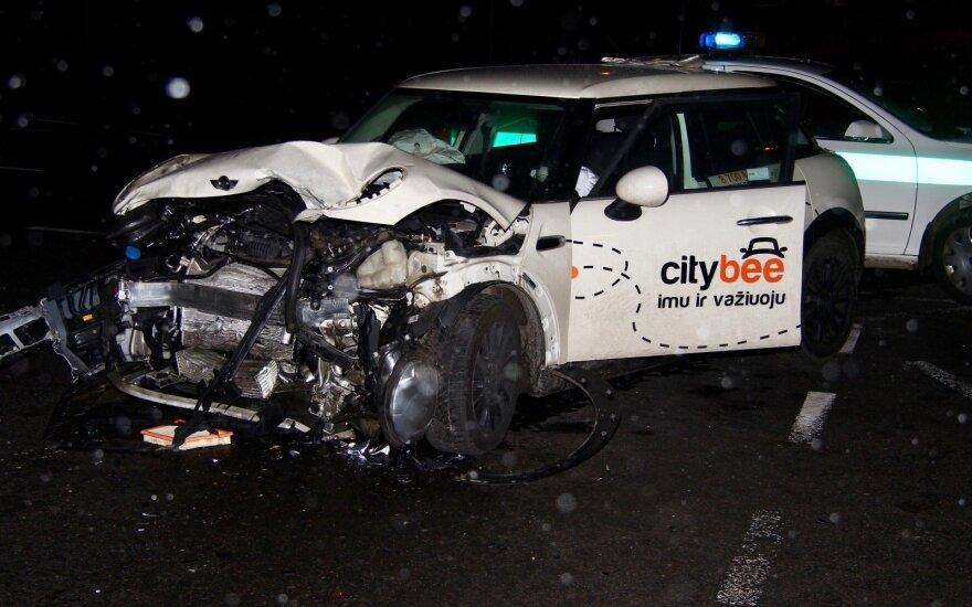 """Vilniuje sumaitotas """"CityBee"""" automobilis, ligoninėje atsidūrė 3 žmonės"""