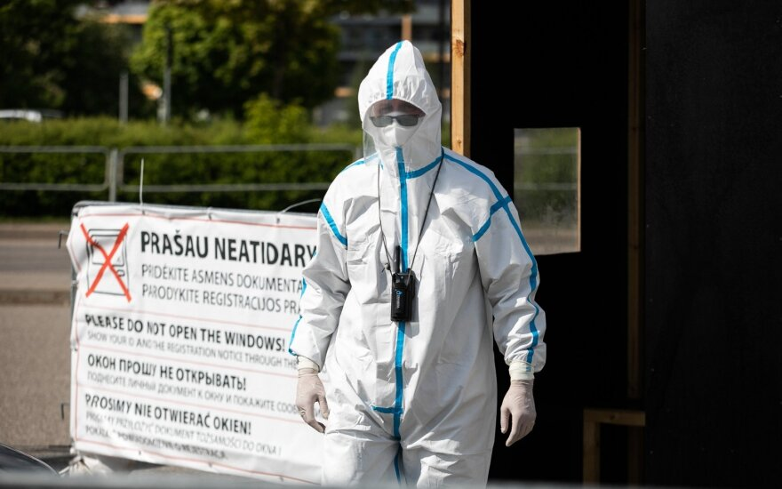 """Paskleidė aibę melagingos informacijos: pandemija skirta žmonių čipavimui, ragina kelti """"savo vibracijas"""""""