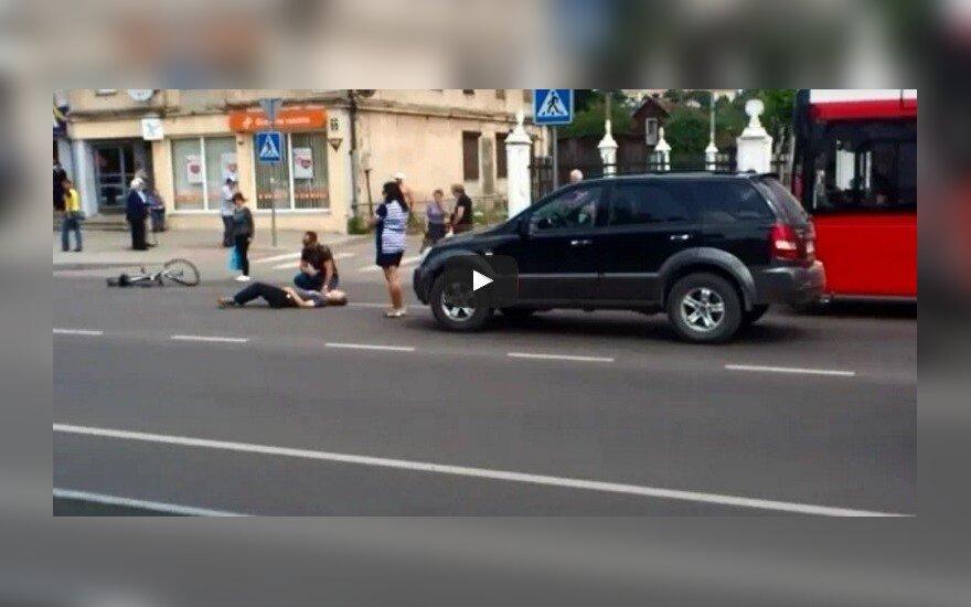 Kaune prokurorė visureigiu partrenkė dviratininką