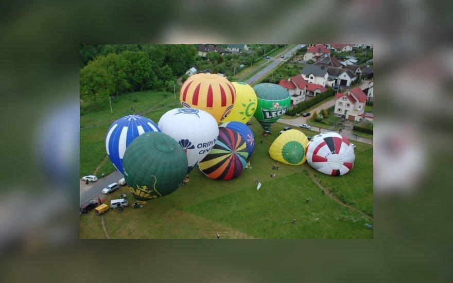 Oro balionai išsklaidė lietų virš Mažeikių