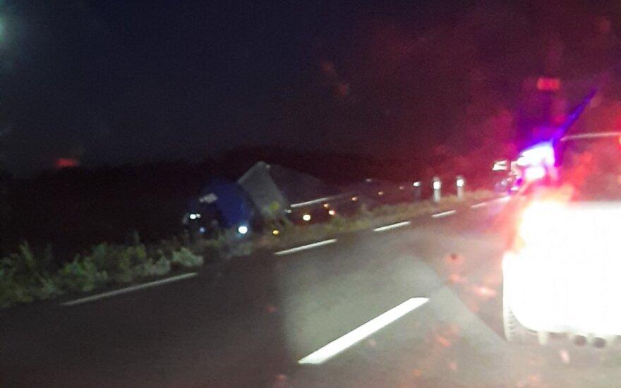 Kraupi avarija Plungės rajone: aiškėja, kad iš kaltininko automobilio trys vyrai pabėgo, du sulaikytieji – girti