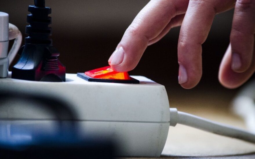 Kauniečių šeimai atjungė elektrą – kaltina nesusikalbėjimu