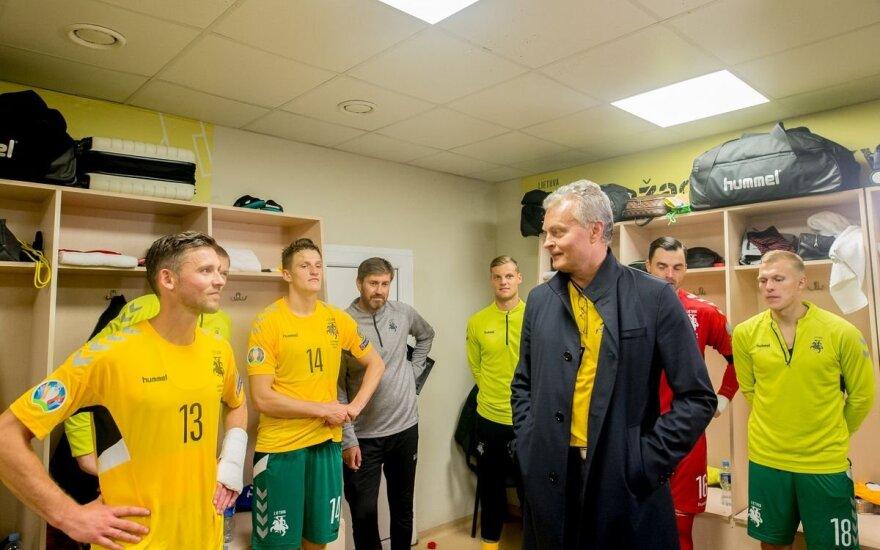 Į rinktinės rūbinę užsukęs Nausėda: norisi tikėti, kad Lietuvos futbolas atgims