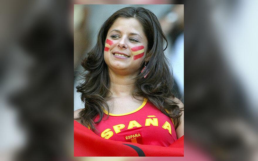 Ispanijos futbolo rinktinės gerbėja laukia rungtynių.
