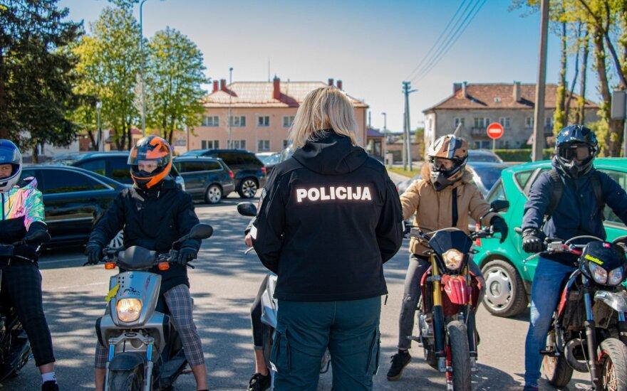 Įamžino absurdišką situaciją: nuo pareigūnų bėgęs vairuotojas metė motorolerį į policininką