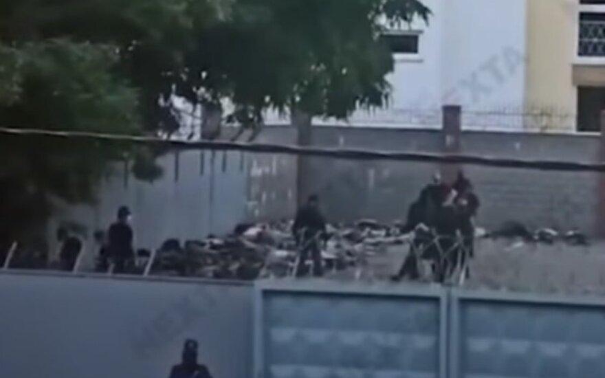 Sukrečiančiame vaizdo įraše iš Minsko – tarsi gyvuliai suguldyti protestuotojai