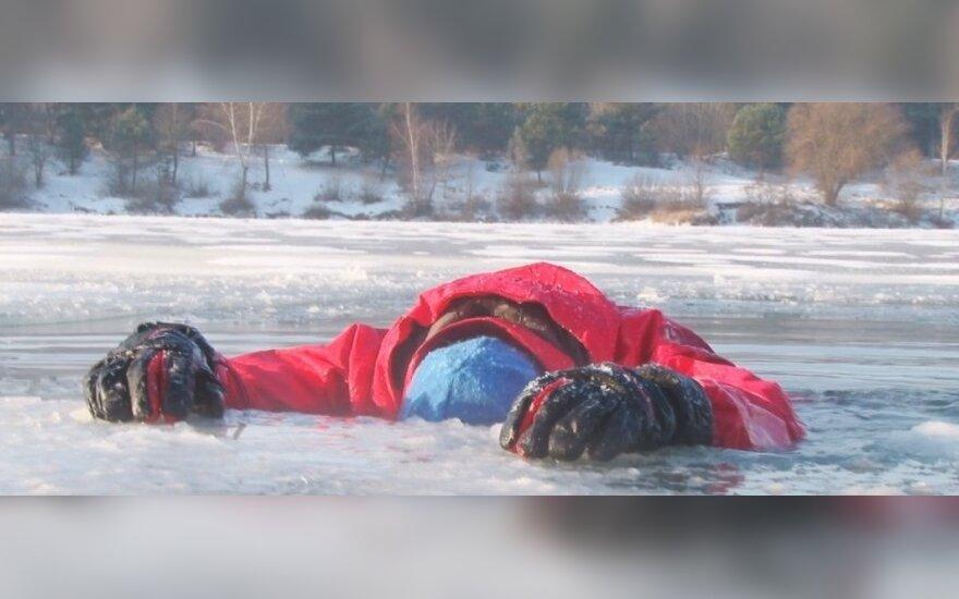 Patirtis įlūžus į ledinį vandenį: išlipti galima per 10 minučių, neprarasti sąmonės – visą valandą