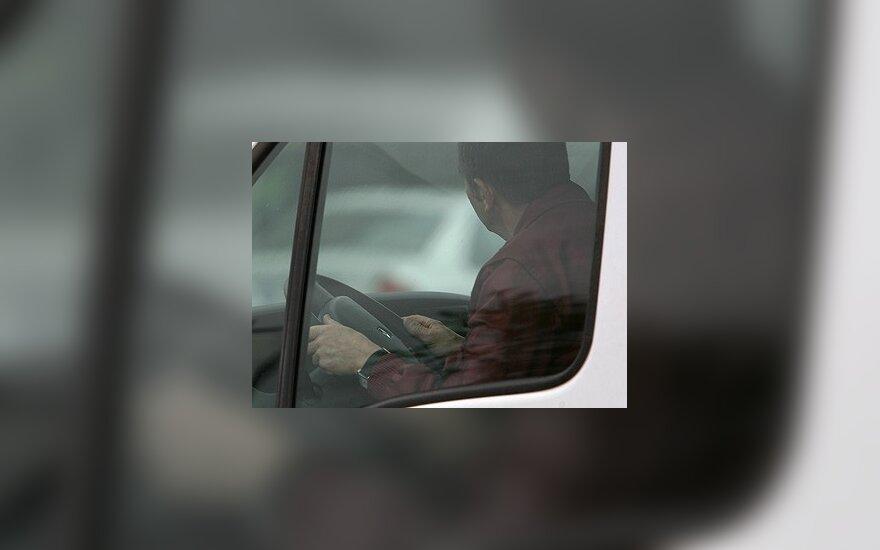 """""""Autopilotas"""": taisyklinga sėdėsena prie vairo"""