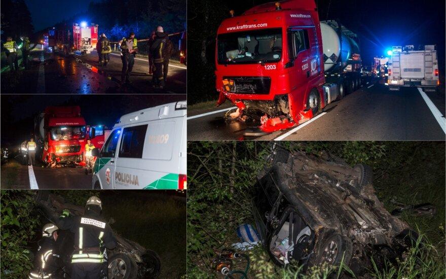"""Žiauri naktinė avarija: """"Škoda"""" kaktomuša susidūrė su pavojingą krovinį vežusiu vilkiku"""