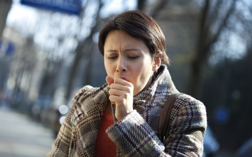 Liga, kurią galima supainioti su peršalimu: sunerimti siūlo po 2-3 savaičių kosulio
