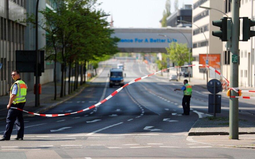 Vokietijos greitkelyje sužalota vairuotoja, į kurios automobilį sviestas didžiulis akmuo