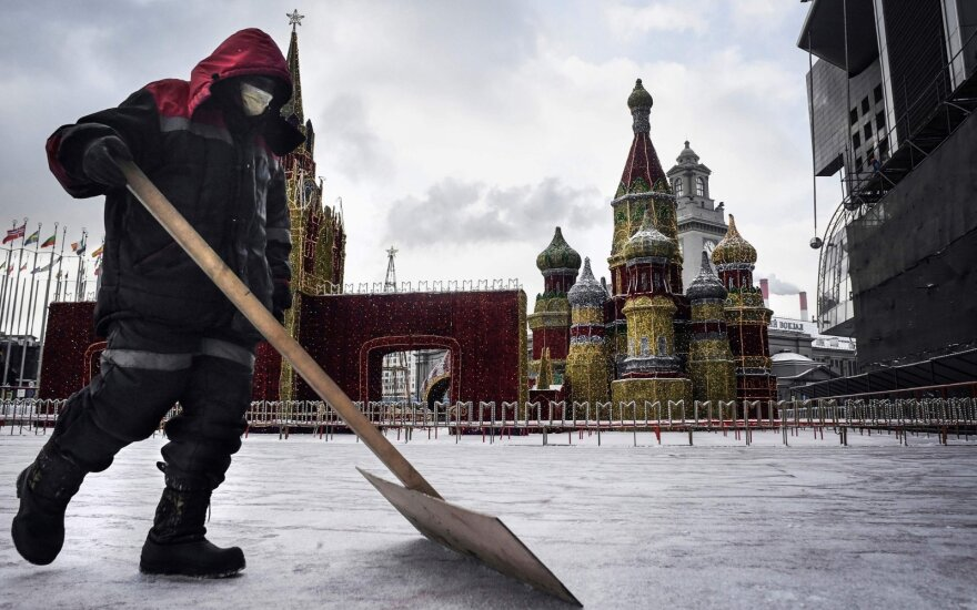 Darbininkas Maskvoje saugosi nuo koronaviruso