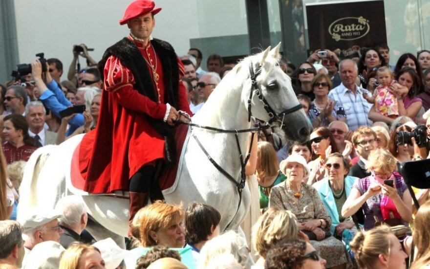 Valdovų rūmų atidarymas: žirgai, policininkas Žygimanto Augusto kailyje ir paskui damas slinkęs A. Pilvelis