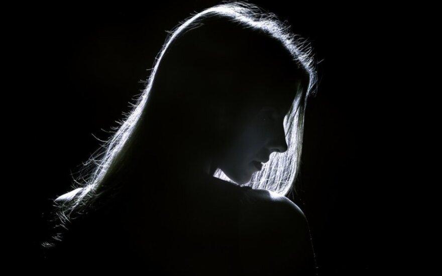 Apgynė dėl telefoninės meilės kreditus ėmusią moterį: ji yra auka