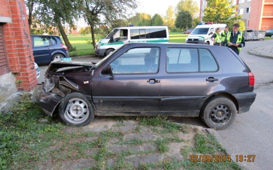 """Klaipėdoje girtas vairuotojas su """"VW Golf"""" rėžėsi į sieną"""