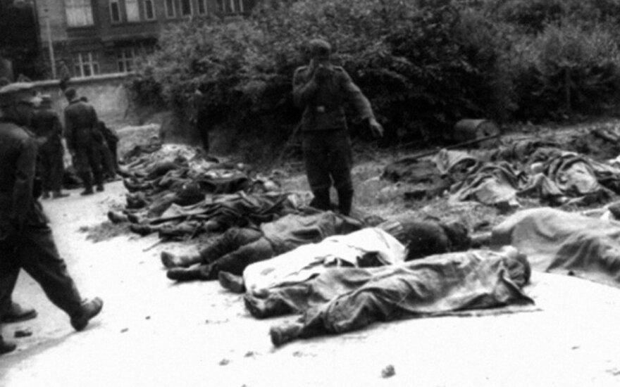 """Jau 1941 m. birželio 22 d. pradėti šaudyti kaliniai įvairiuose SSRS miestuose. Bolševikų sušaudytieji Lvovo kalėjimo kieme, leidyklos """"Briedis"""" nuotr."""