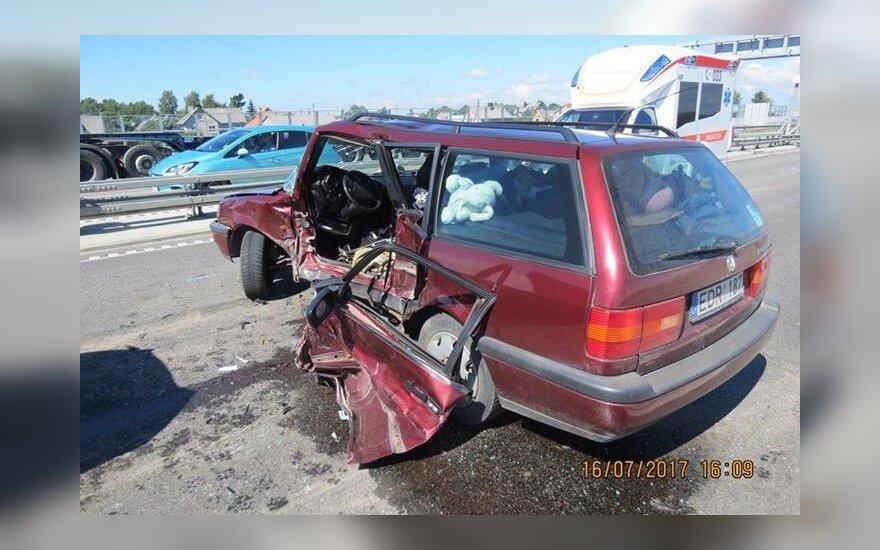 Ištisinę juostą kirtęs vairuotojas žuvo
