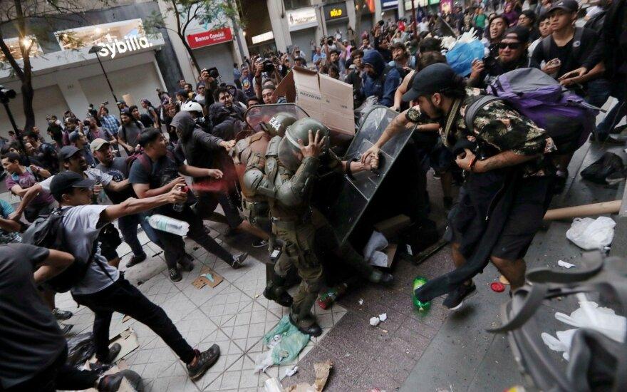 Čilės sostinėje per protesto akciją nukentėjo penki policininkai