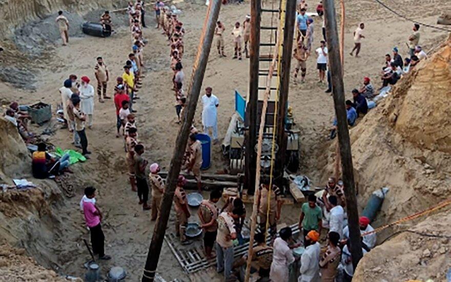 Indijoje nesėkme baigėsi ilgos pastangos išgelbėti į šulinį įkritusį mažametį