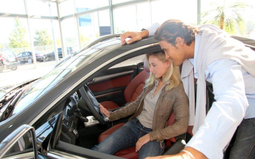Vyras ir moteris automobilyje