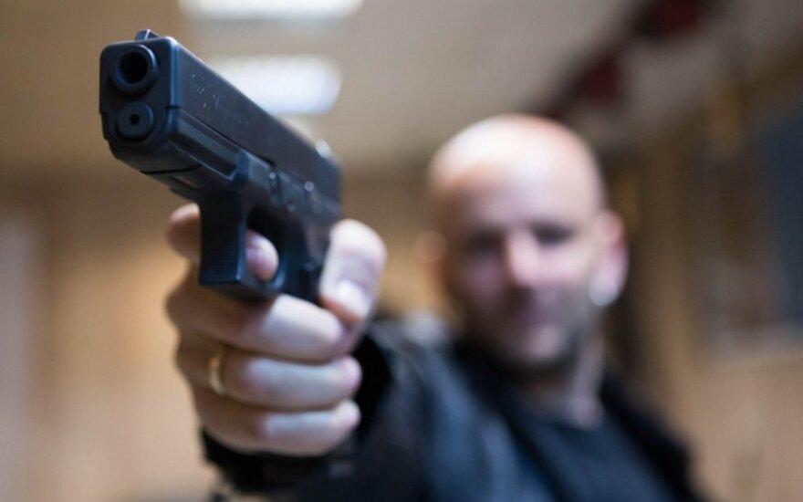 Linksmybės Domeikavoje: prisigėrė nuo pat ryto ir ėmė šaudyti per langą