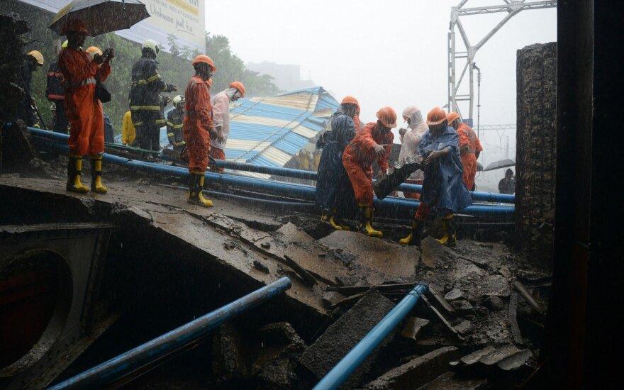 Mumbajaus traukinių stotyje sugriuvo dalis pėsčiųjų tilto, esama sužeistų