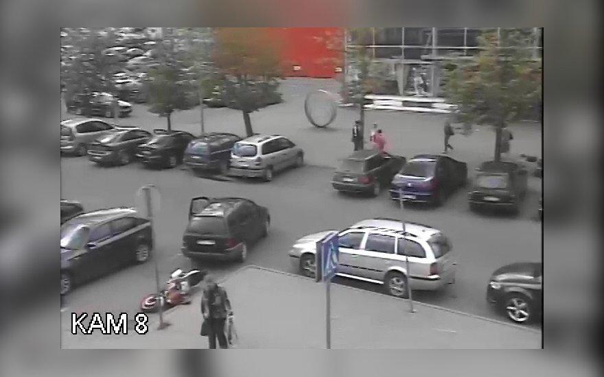 Policija nori pabendrauti su motociklą nuvertusiu automobilio vairuotoju