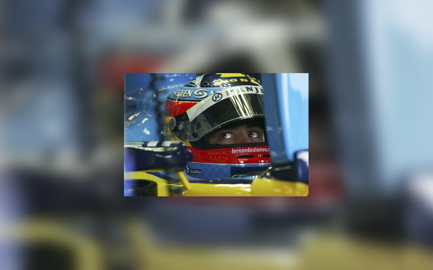 """""""Renault"""" komandos lenktynininkas ispanas Fernando Alonso sėdi automobilyje. Afp"""