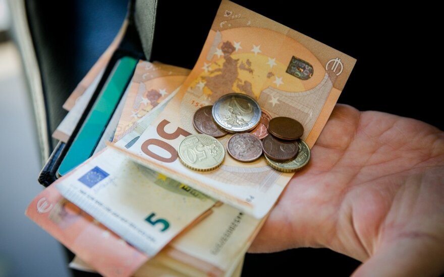 Government may provide extra EUR 400 mln for public-sector salaries