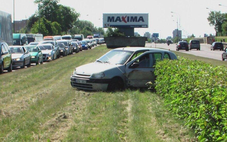 Vilkiko stumtą ir nublokštą mažytį automobilį su vaikais nuo skrydžio į priešingo eismo juostą sulaikė gyvatvorė