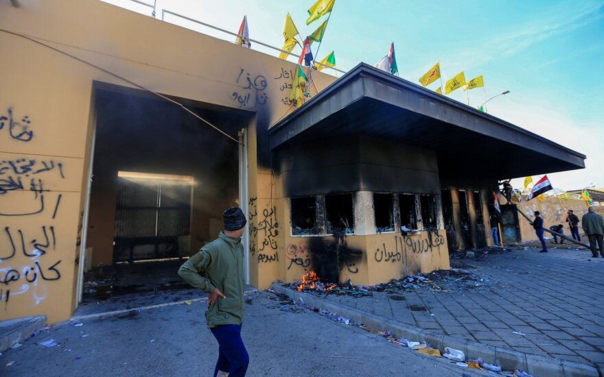 Bagdade prie JAV ambasados susirinkę protestuotojai buvo vaikomi ašarinėmis dujomis