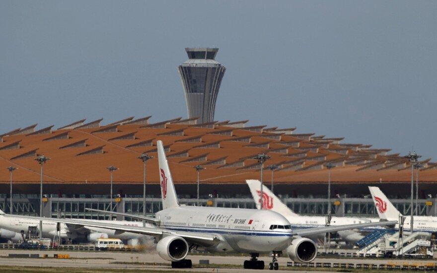 """Keleiviui paėmus įkaitu skrydžio palydovą, nukreiptas """"Air China"""" skrydis"""