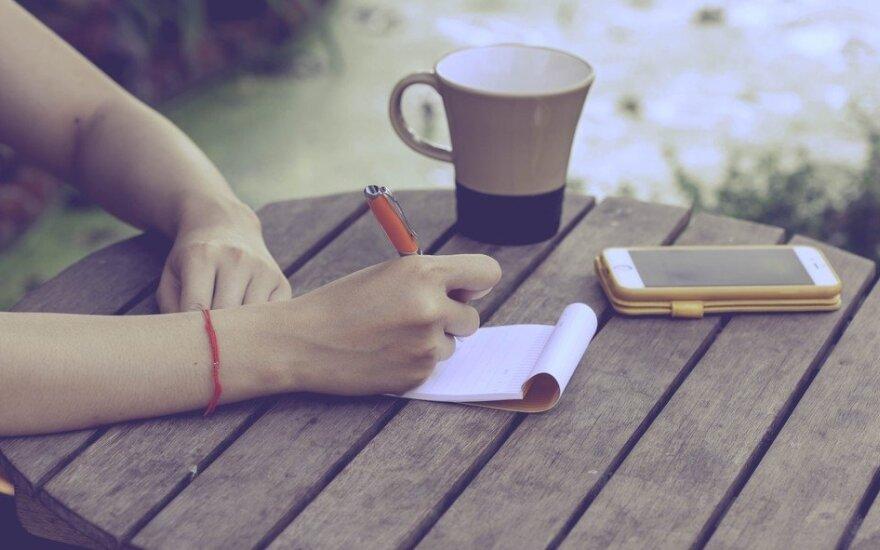 Rašant ranka ir spausdinant klaviatūra smegenyse vyksta skirtingi procesai