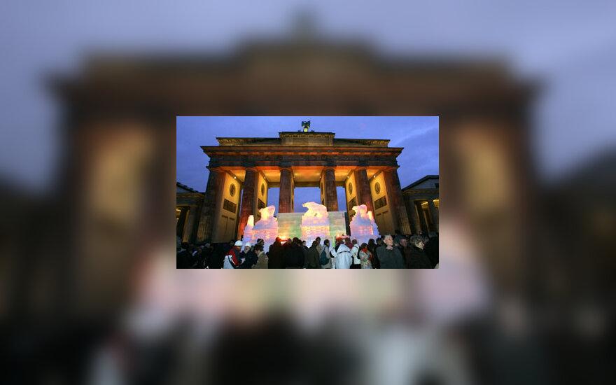 Priešais Brandenburgo vartus Berlyne stovi tradicinės naujametės  ledo skulptūros.