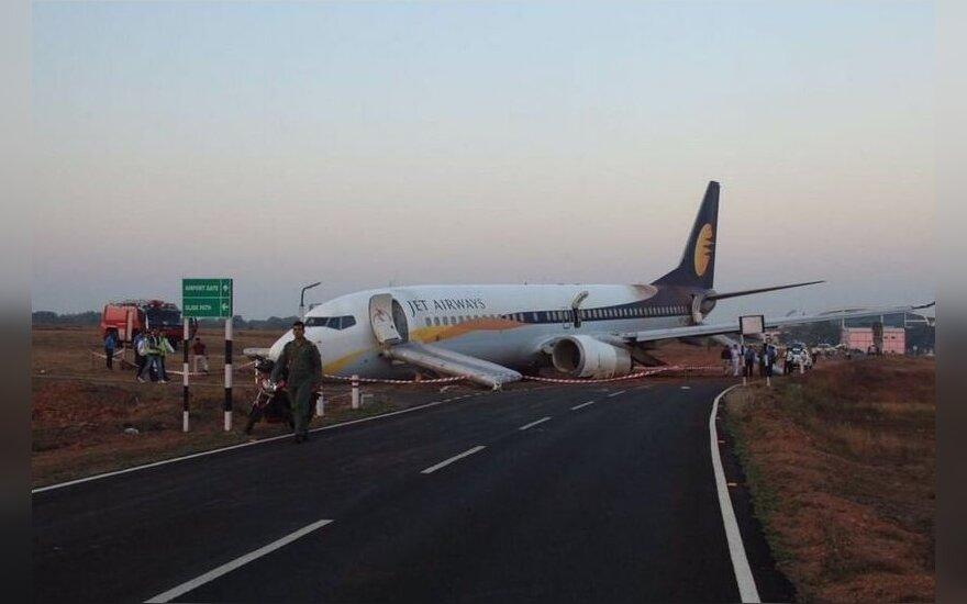 Indijoje keleivinis lėktuvas nuslydo nuo pakilimo tako