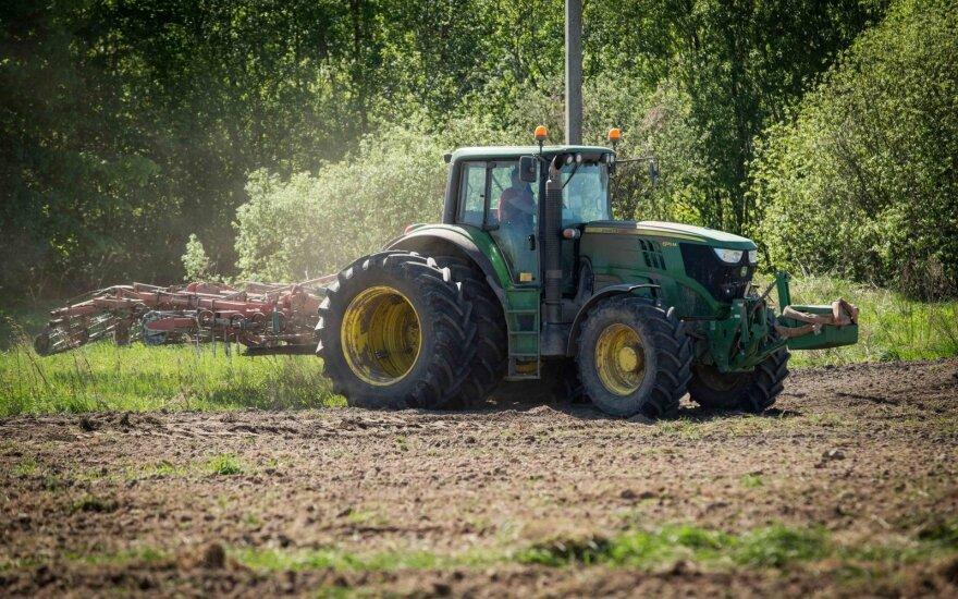 Ne tik automobiliai: traktoriams parengė specialų mokestį