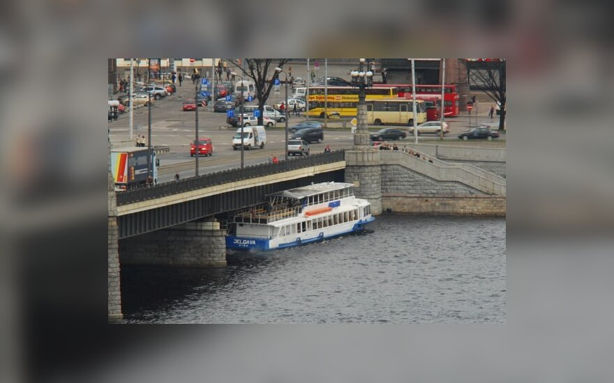 Rygoje laivas trenkėsi į tiltą