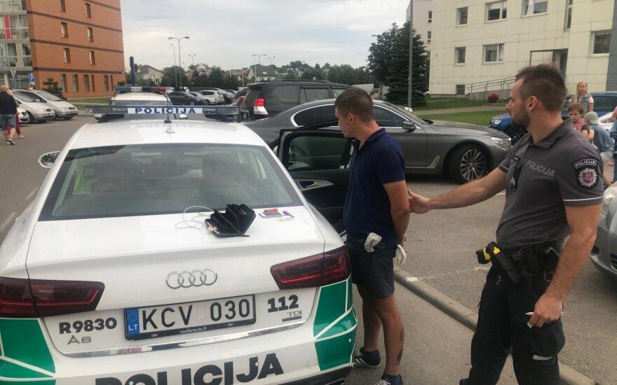 Girtas BMW vairuotojas per Klaipėdą lėkė didžiuliu greičiu, o persekiojamas ėmė mėtyti narkotikus