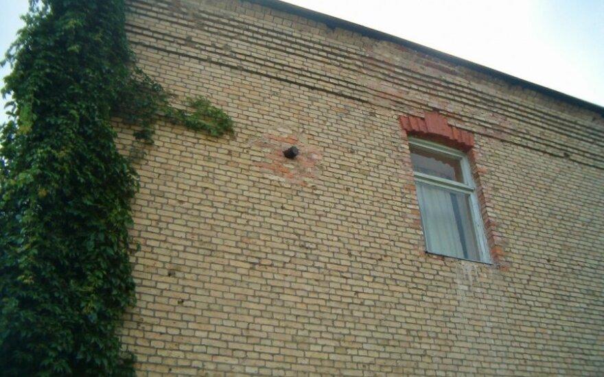 Senosios Varėnos mokyklos sienoje – sprogmuo