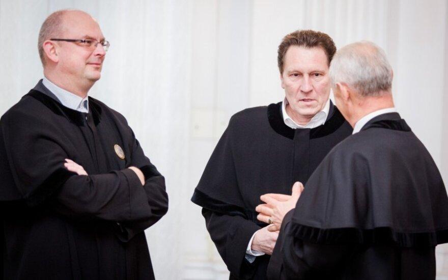 Taikosi apkarpyti advokatų galias