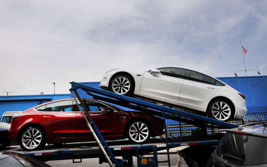 """""""Tesla"""" ir BMW gali sulaukti neramių dienų: Kinija keičia kai kurių automobilių įsigijimo tvarką"""