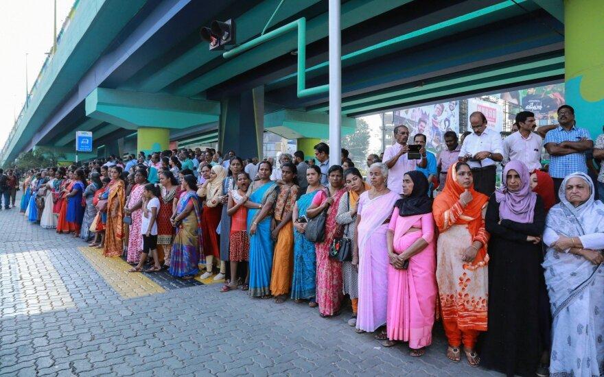 Dėl teisės patekti į hinduistų šventąją vietą milijonai moterų suformavo gyvąją grandinę