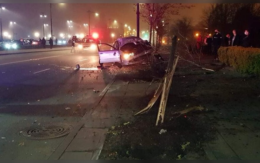 Girto BMW vairuotojo skrydis Klaipėdoje: sukėlė avariją, nukirto du medžius ir kliudė stulpą