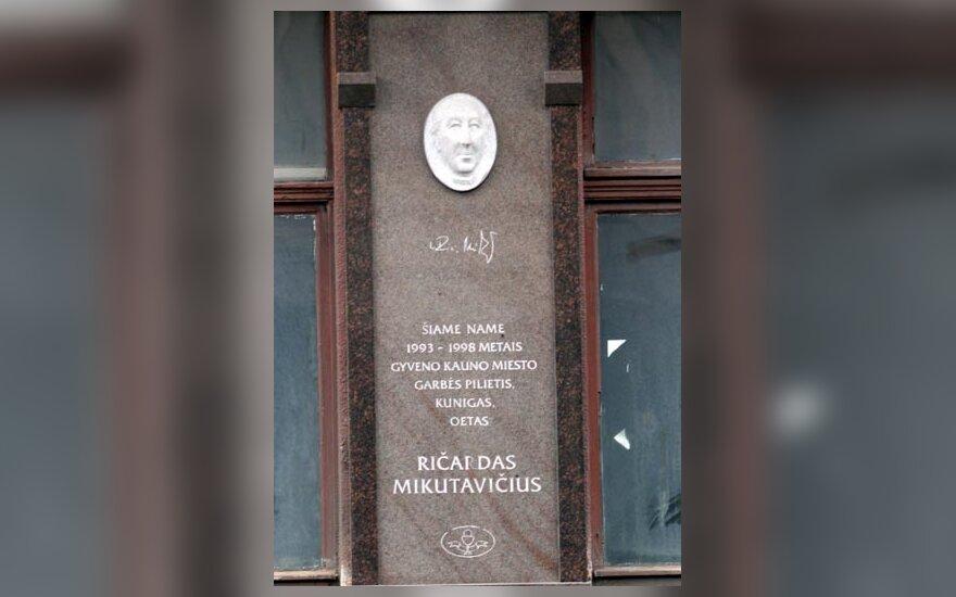 Memorialinė lenta kunigui R.Mikutavičiui