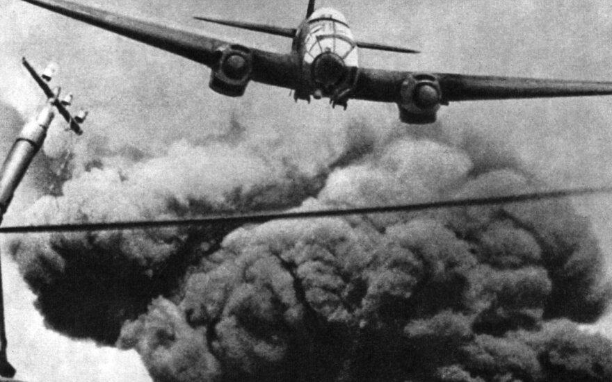Vokiečių lėktuvas He-111 po bombų atakos.